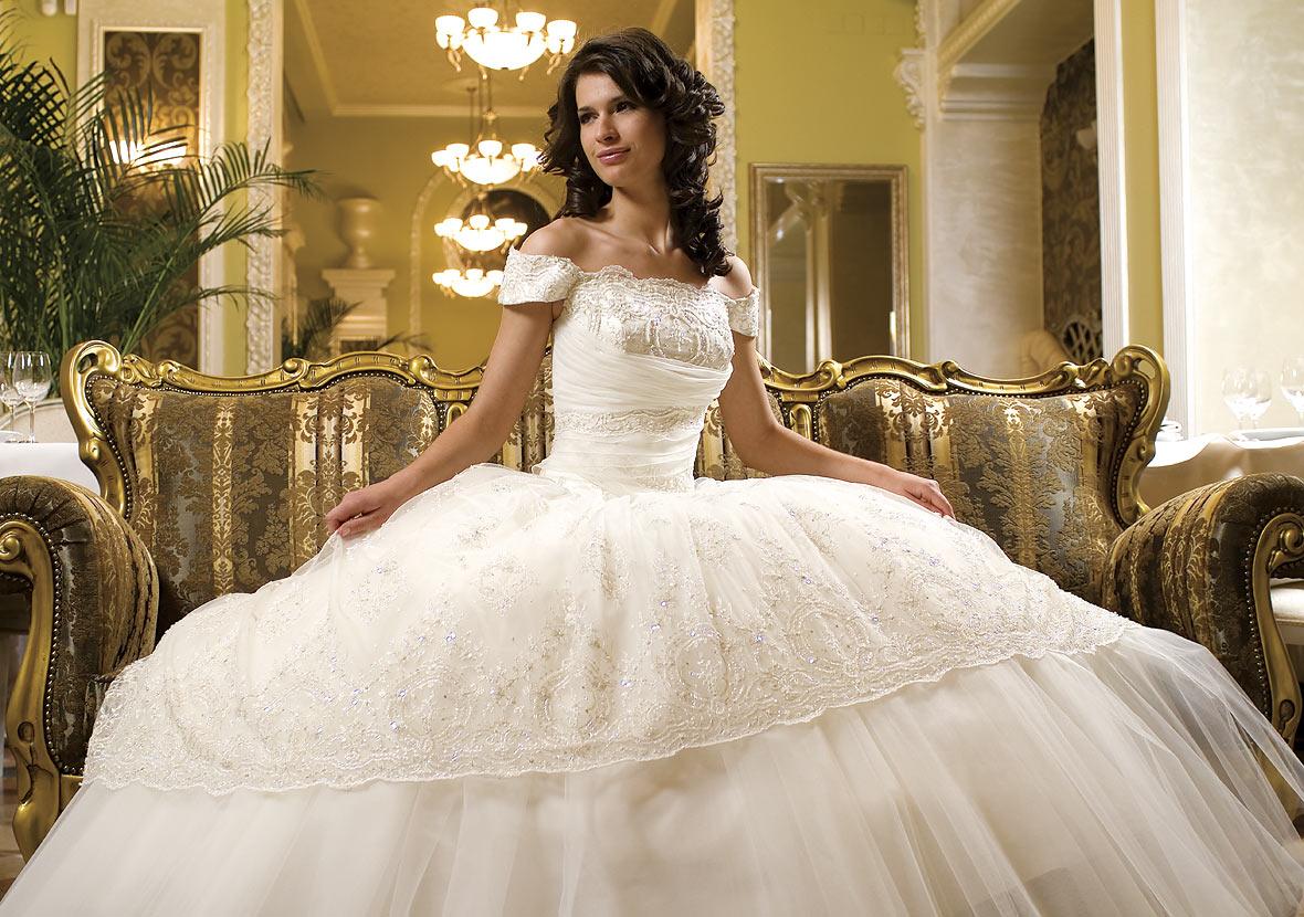 Такое платье поможет будущей жене скрыть лишние килограммы на животе и бедрах, и подчеркнуть красивую грудь и тонкие руки. Но стоит учитывать, что объем